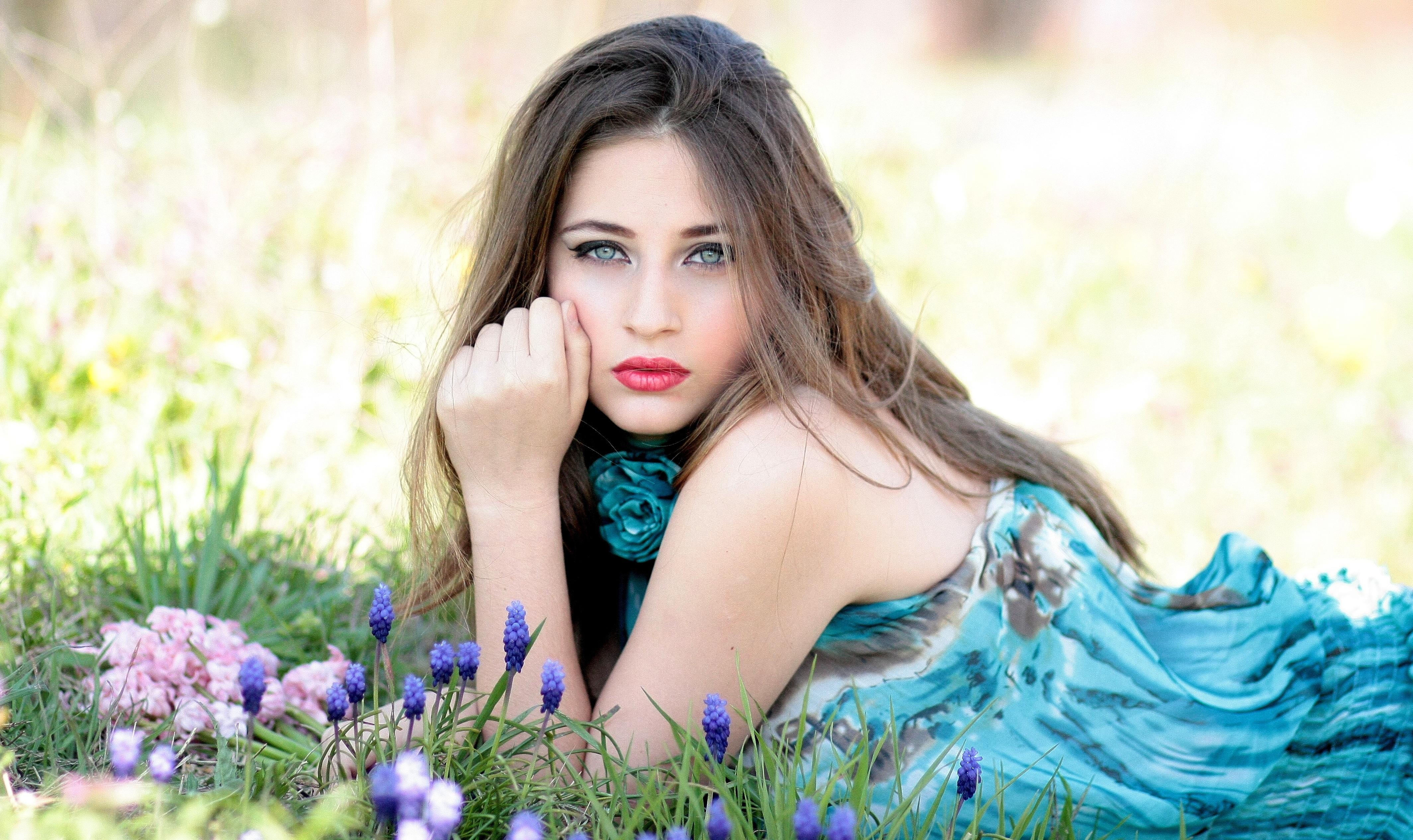 Девушка и природа цветы