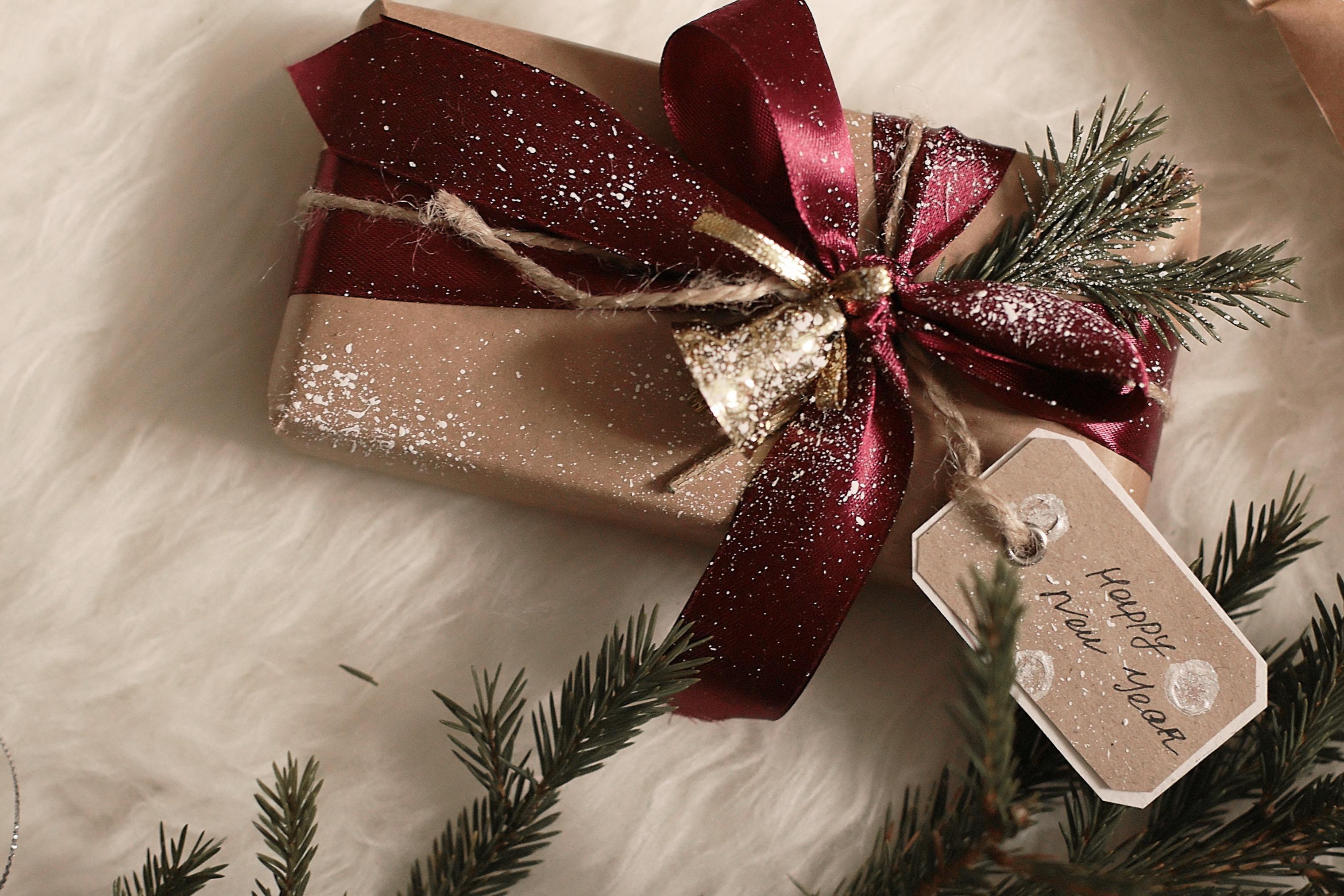 фото с новогодними подарками под елкой менее, базалиома