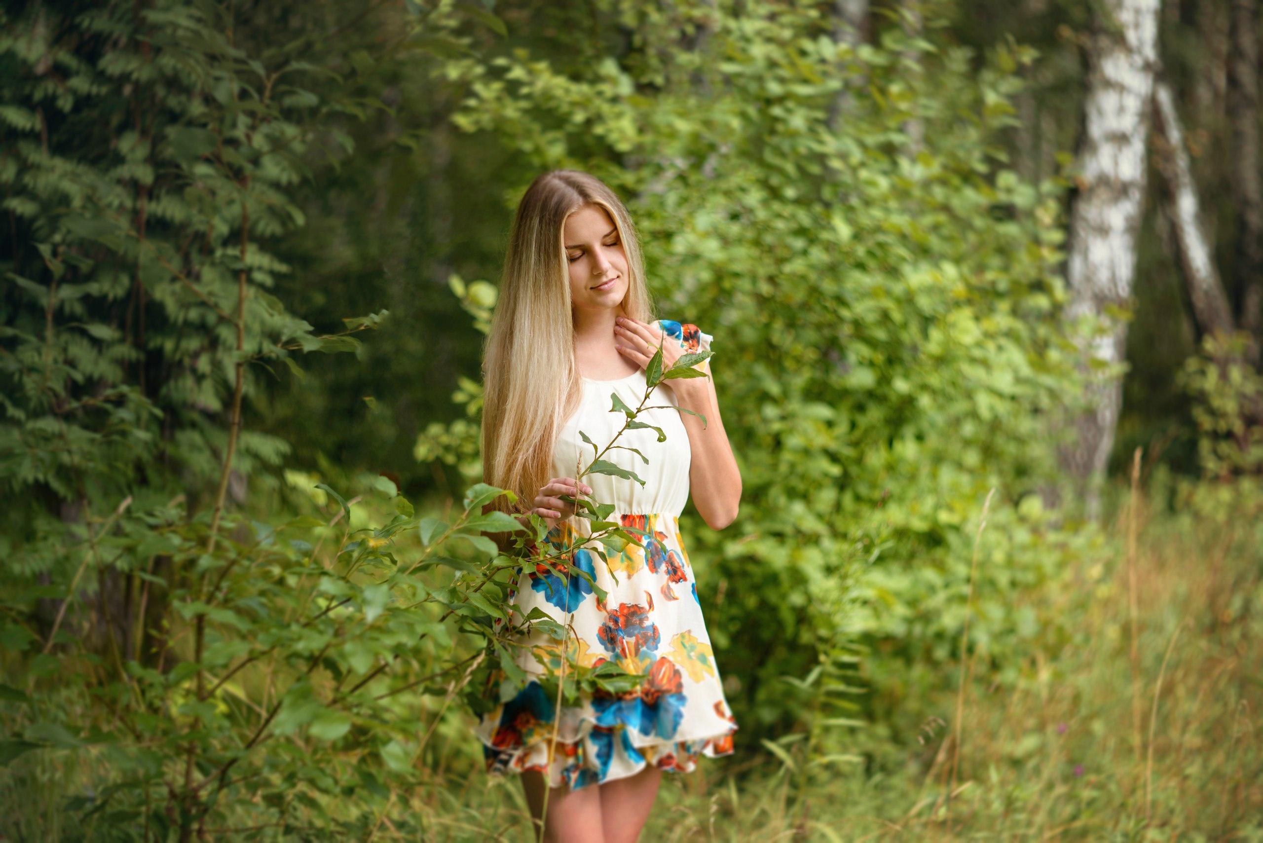 Девушки в одежде на природе говориться