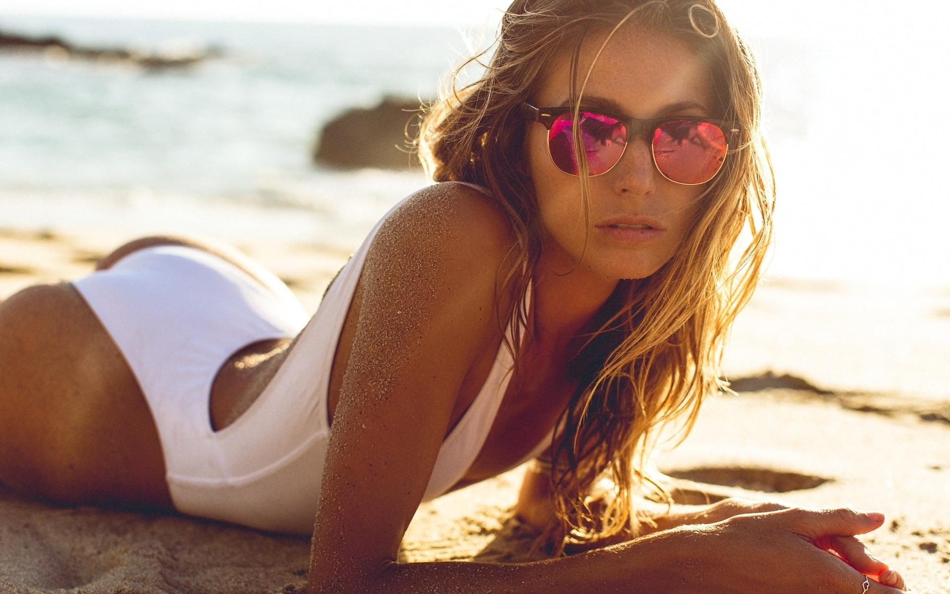 Картинки обычных шатенок на пляже в очках волосатые худые