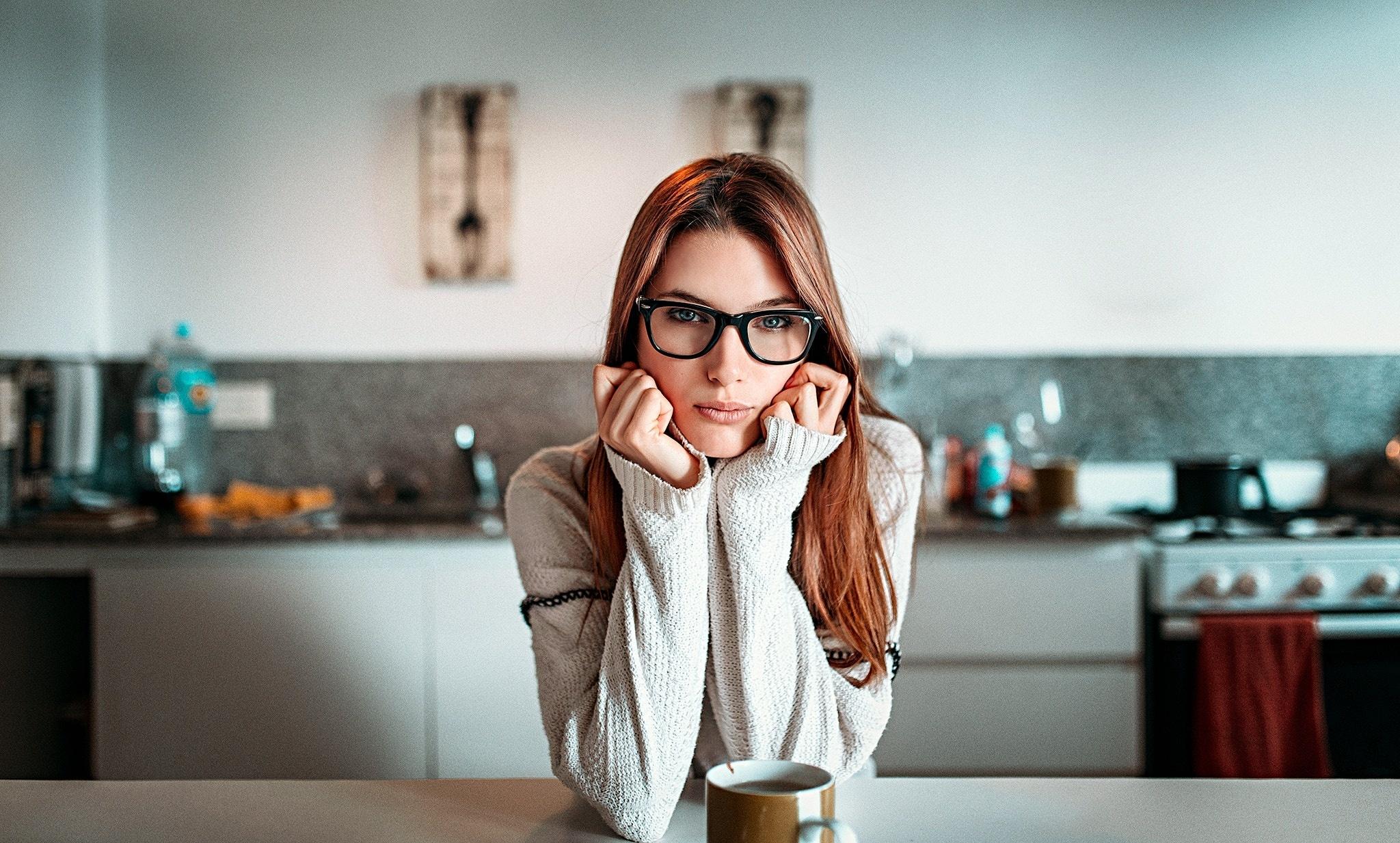 Девушка позирует в очках видео
