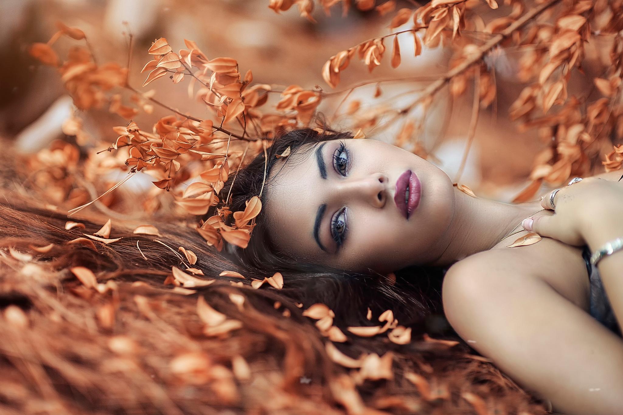 девушки листья осень лицо скачать