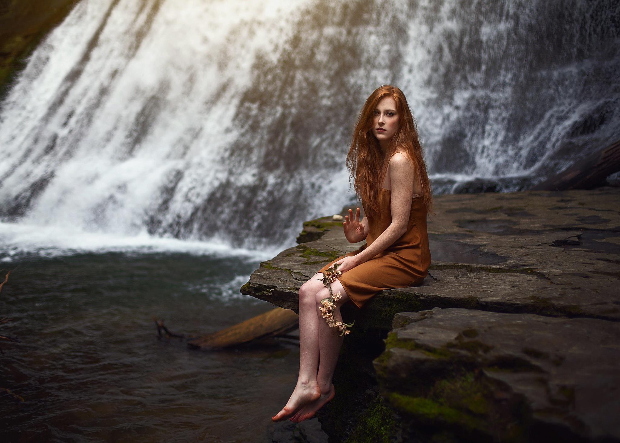 рыжая девушка возле водопада снова забилась