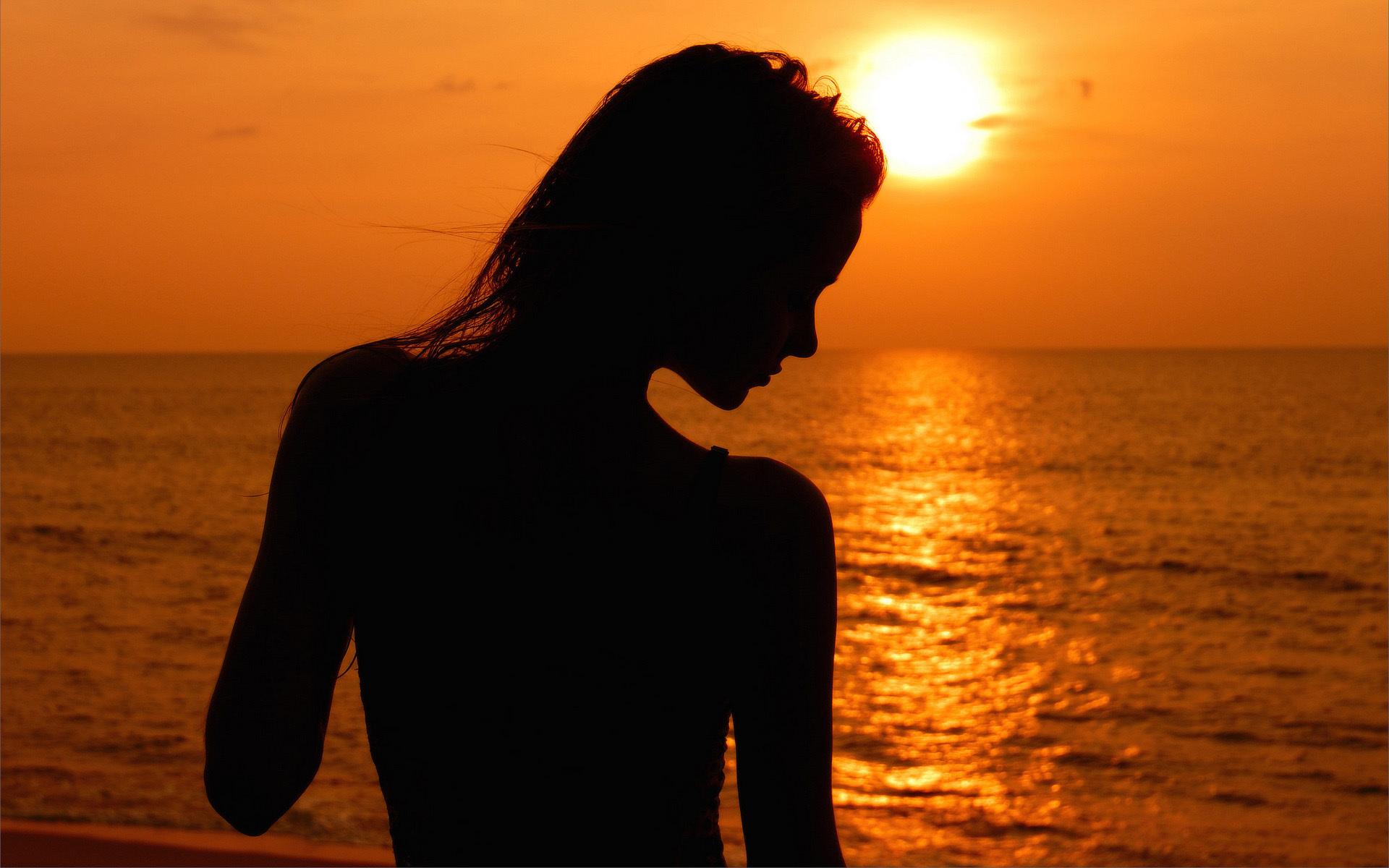 Фото на море со спины на аву на закате