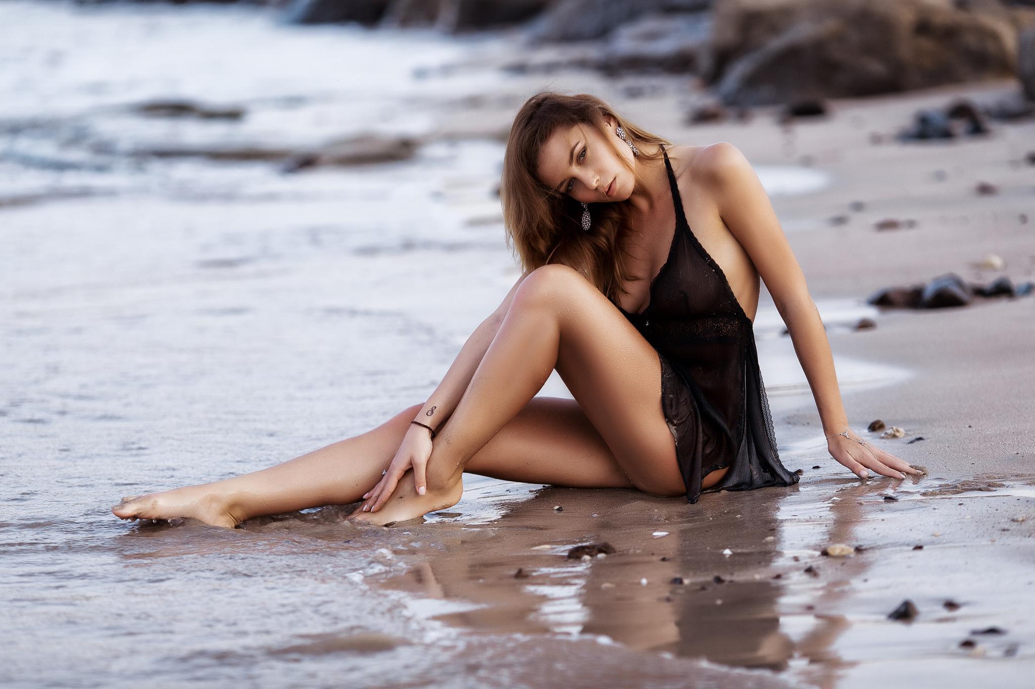 Девчонка Sara Luvv ползает по песку на берегу моря