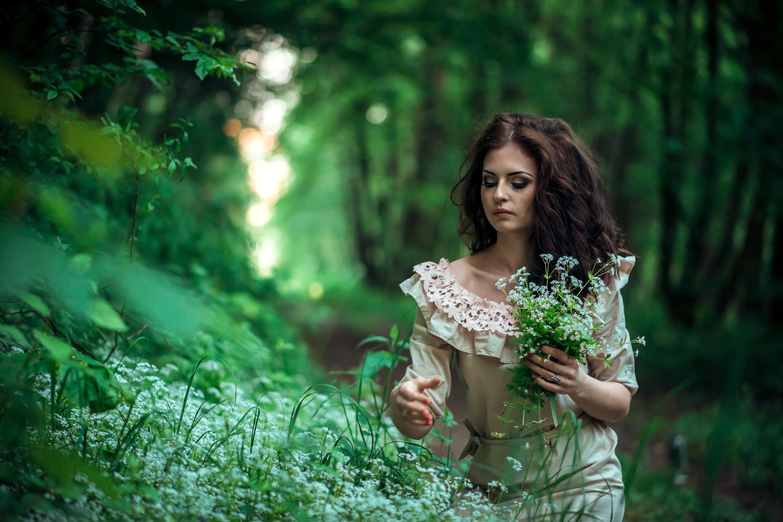 с девушкой в лесу