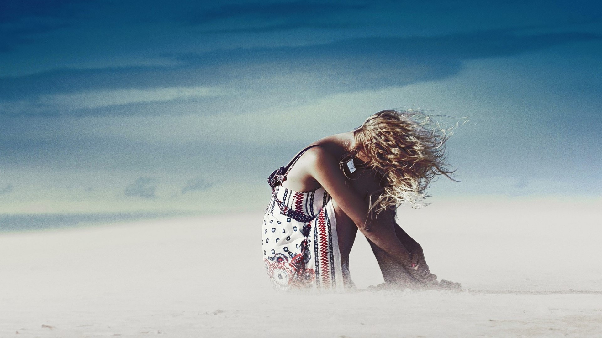 Фото девушки на море под дождем