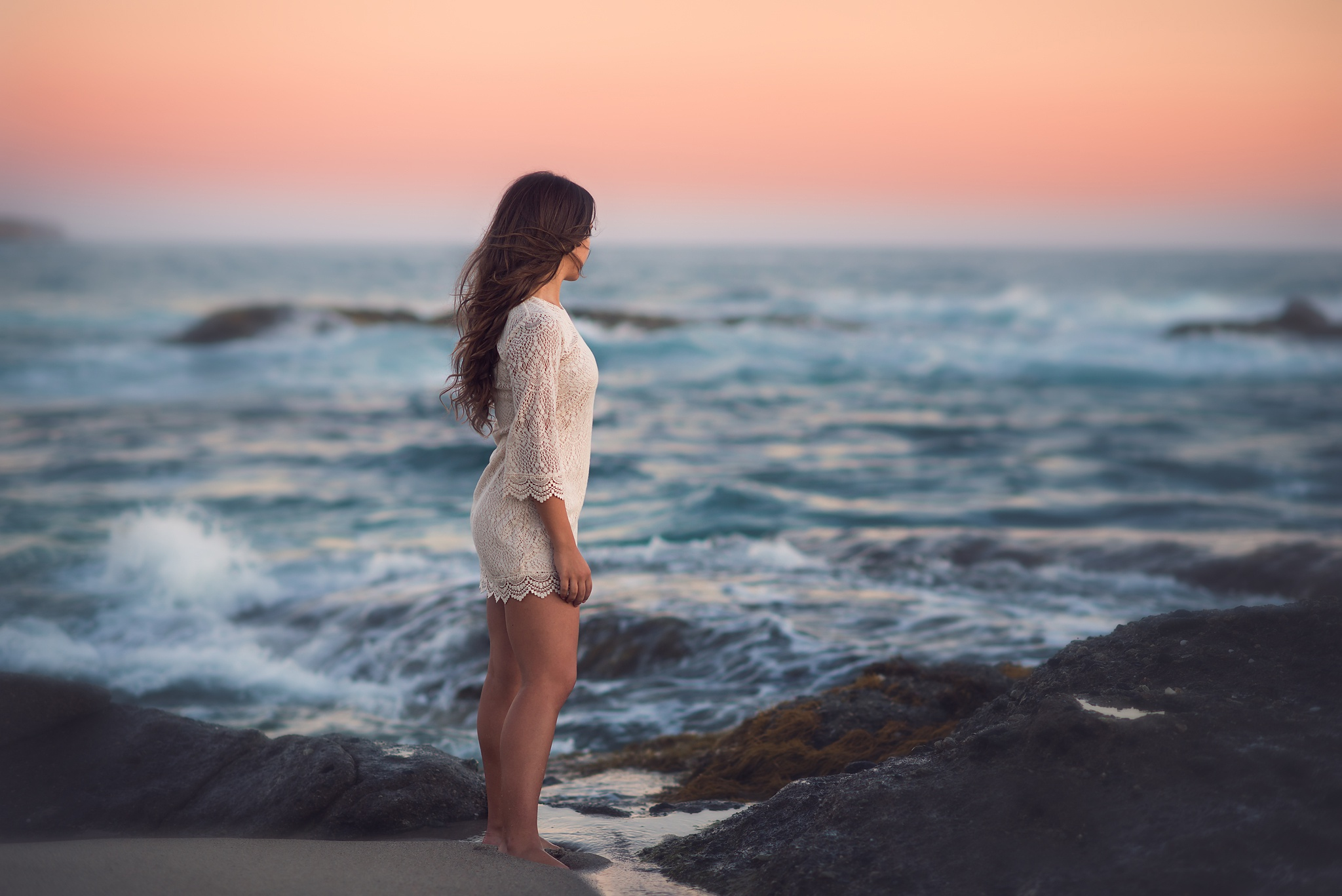 Картинка девушка на берегу моря спиной