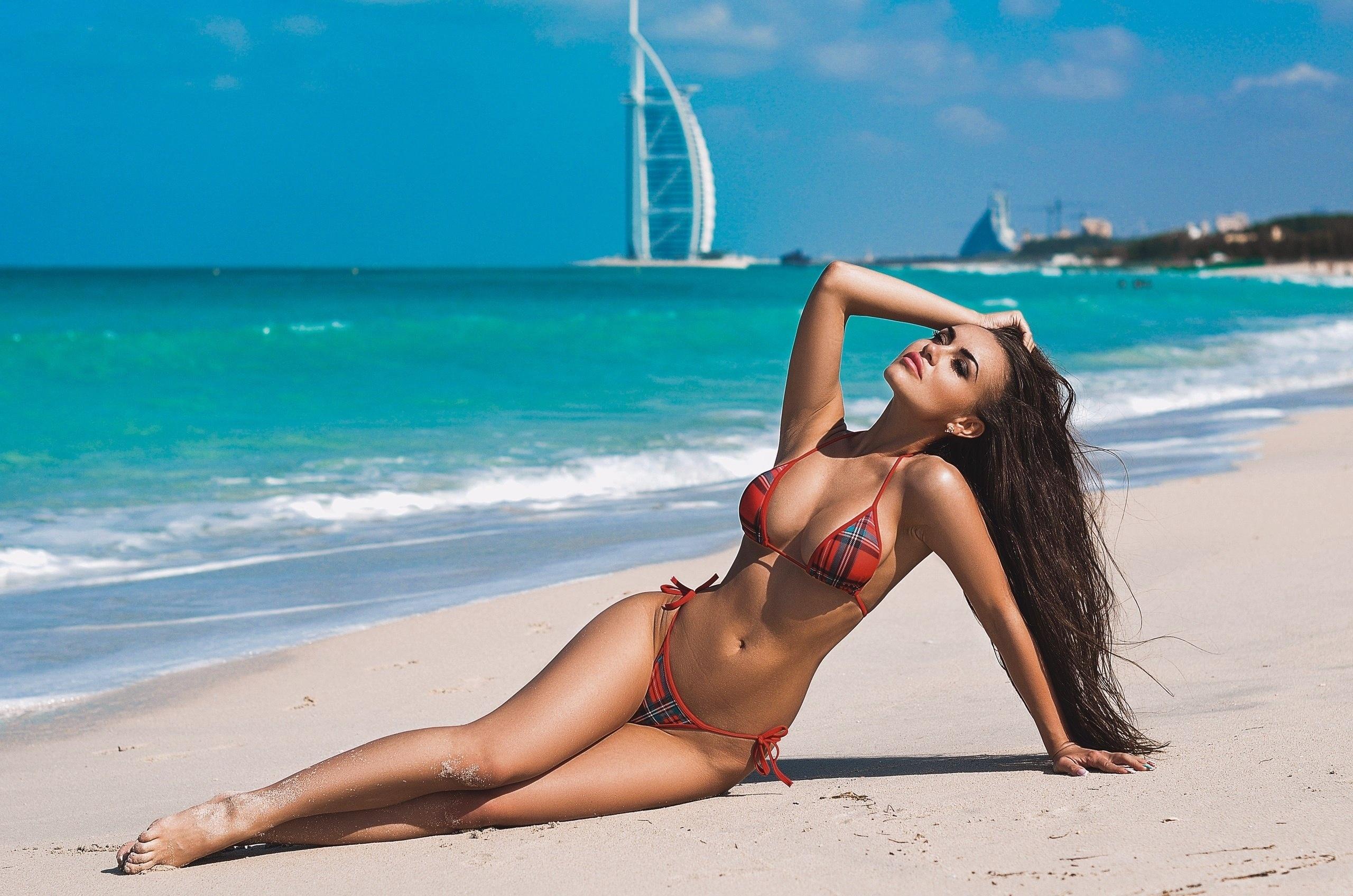 Девушки с красивыми фигурами отдыхают на море фото #15