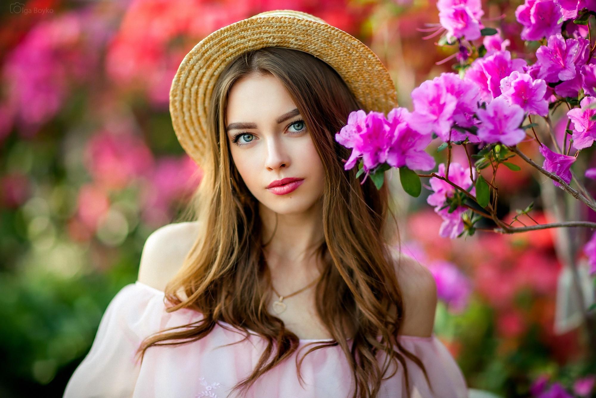 девушка взгляд шляпка красная лицо  № 1867506 без смс