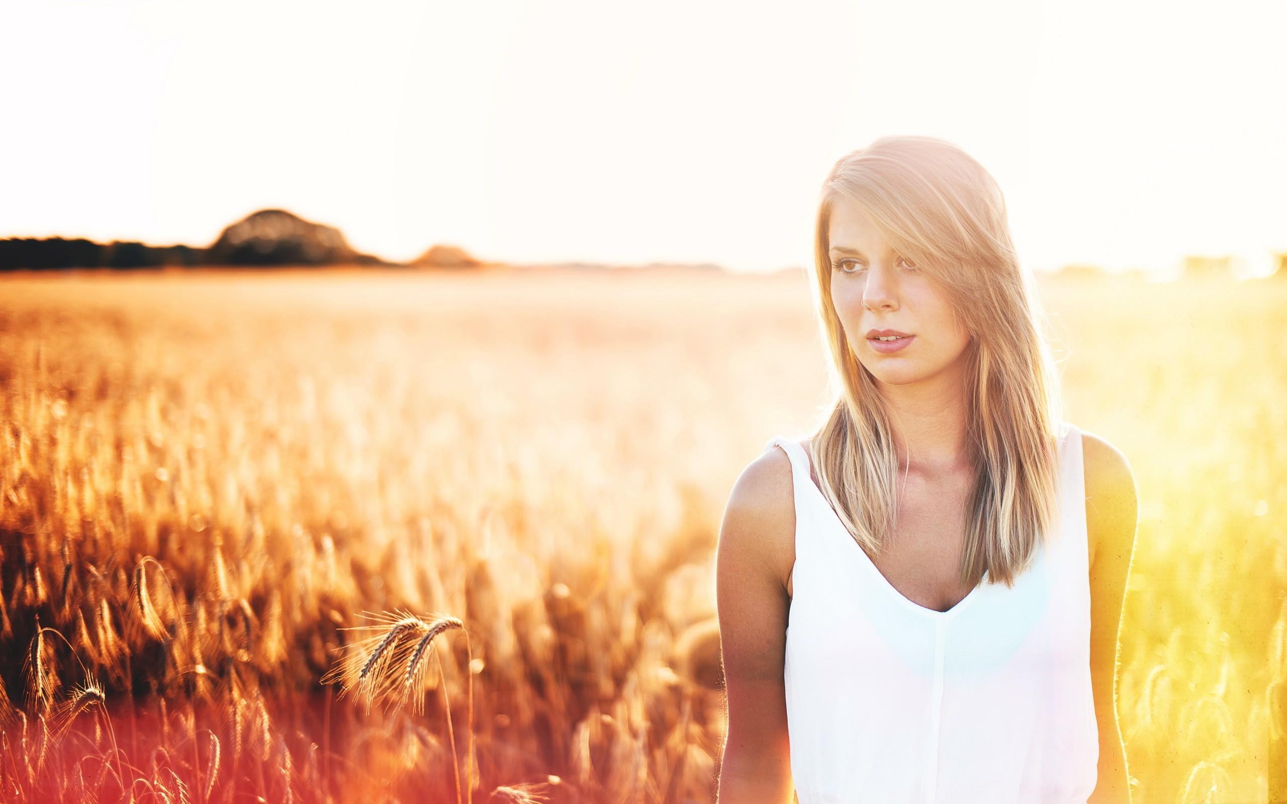 Девушка в поле волосы скачать