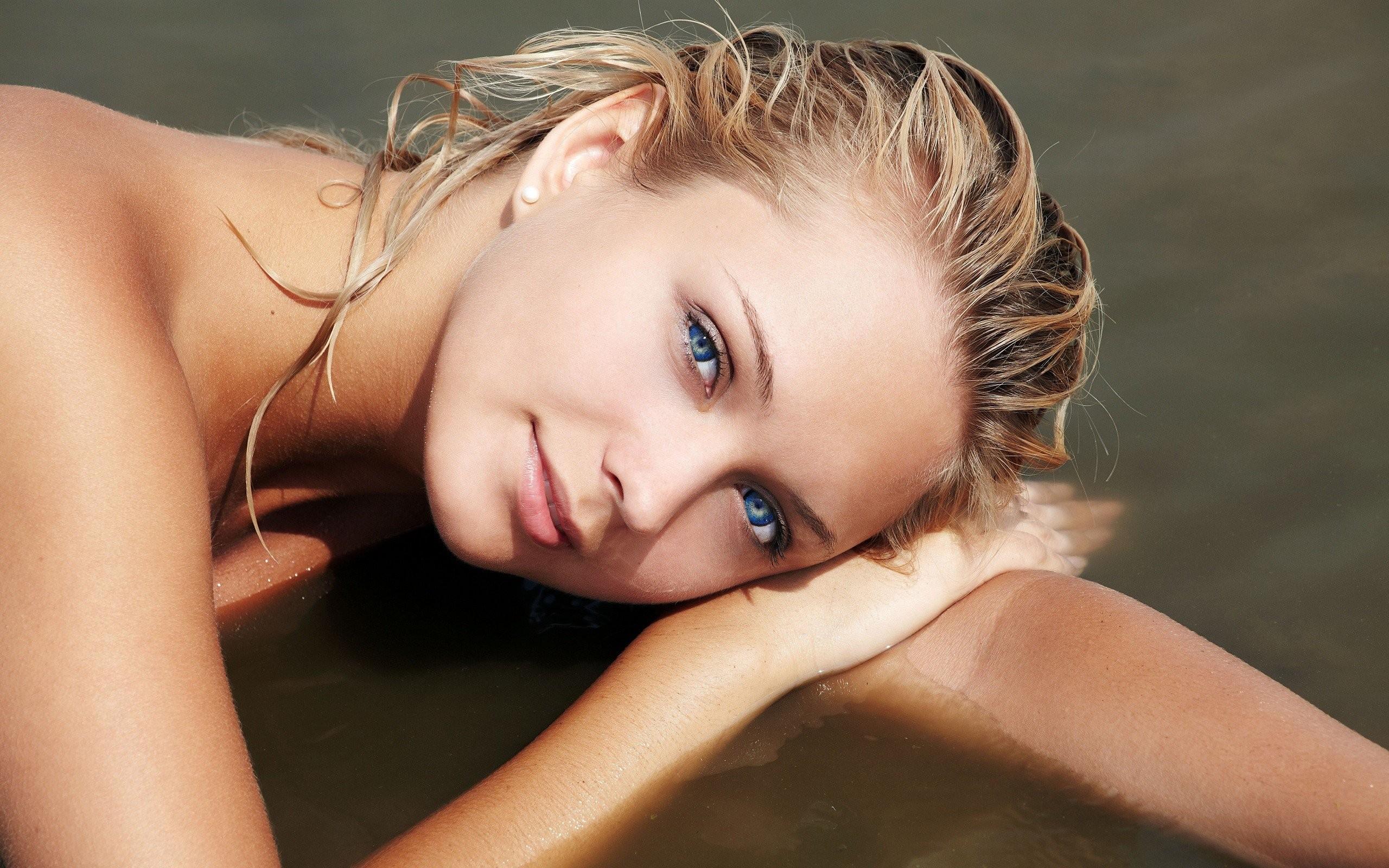 Трисомчик у бассейна порно фото бесплатно