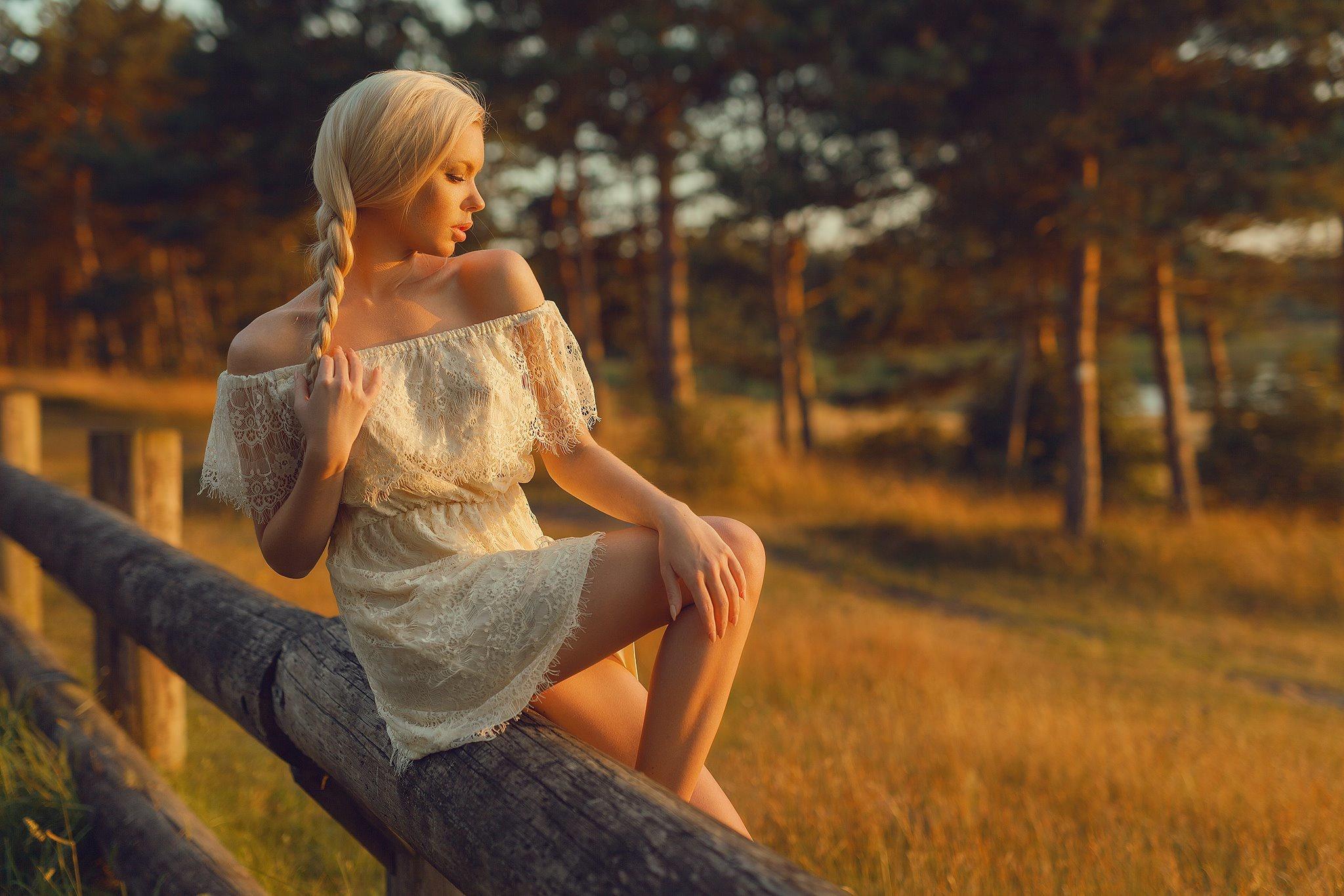 Обнаженная блондинка на природе  597471