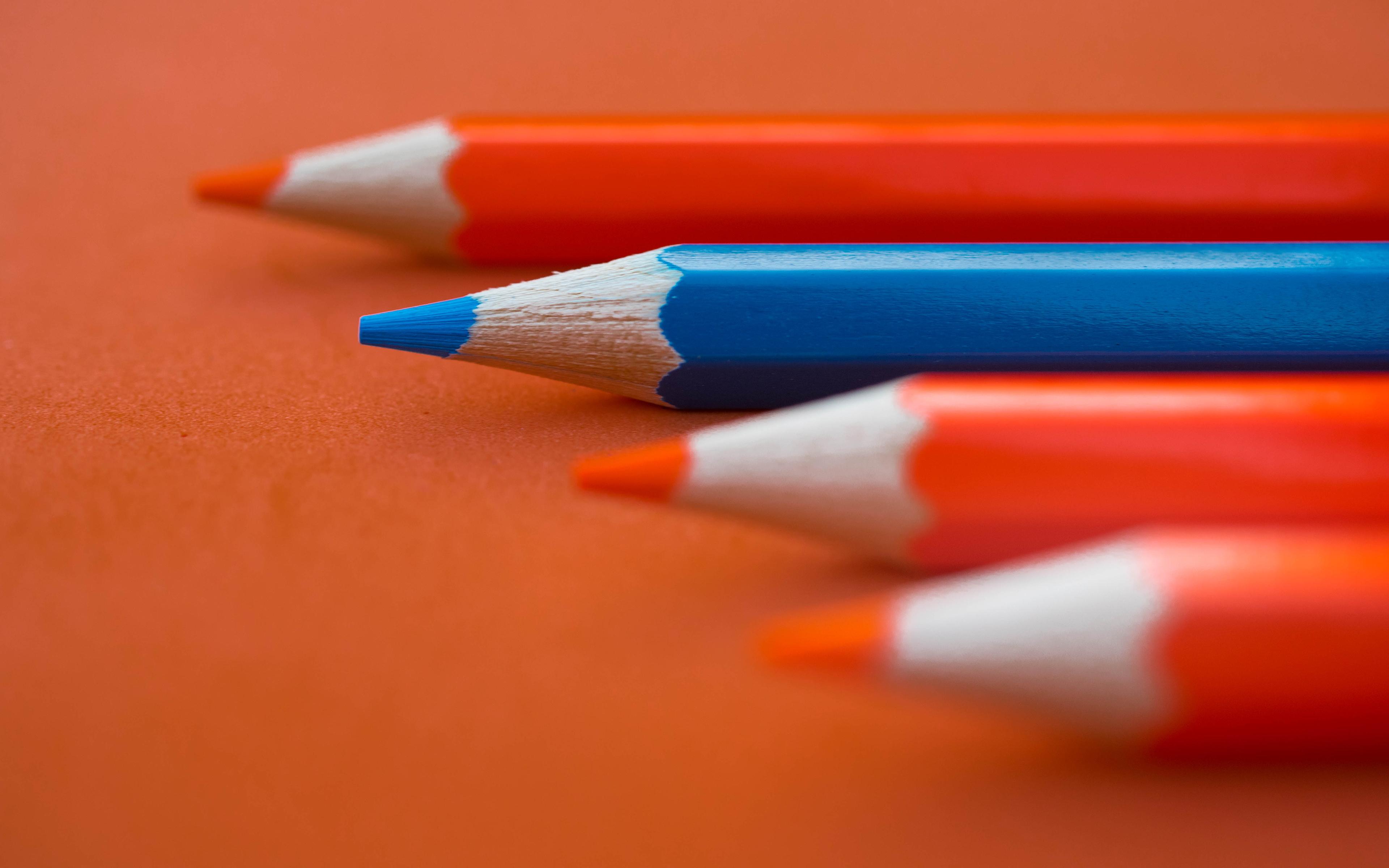 картинка оранжевого карандаша съехались