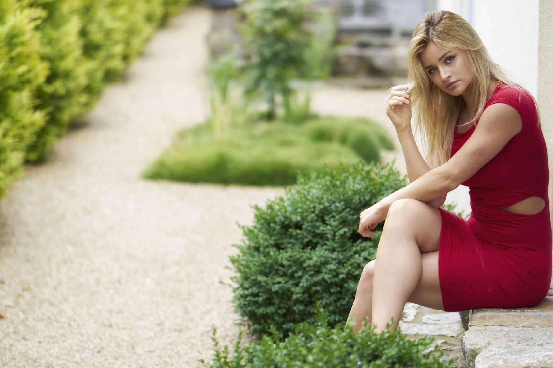 Девушка в платье сидя фото