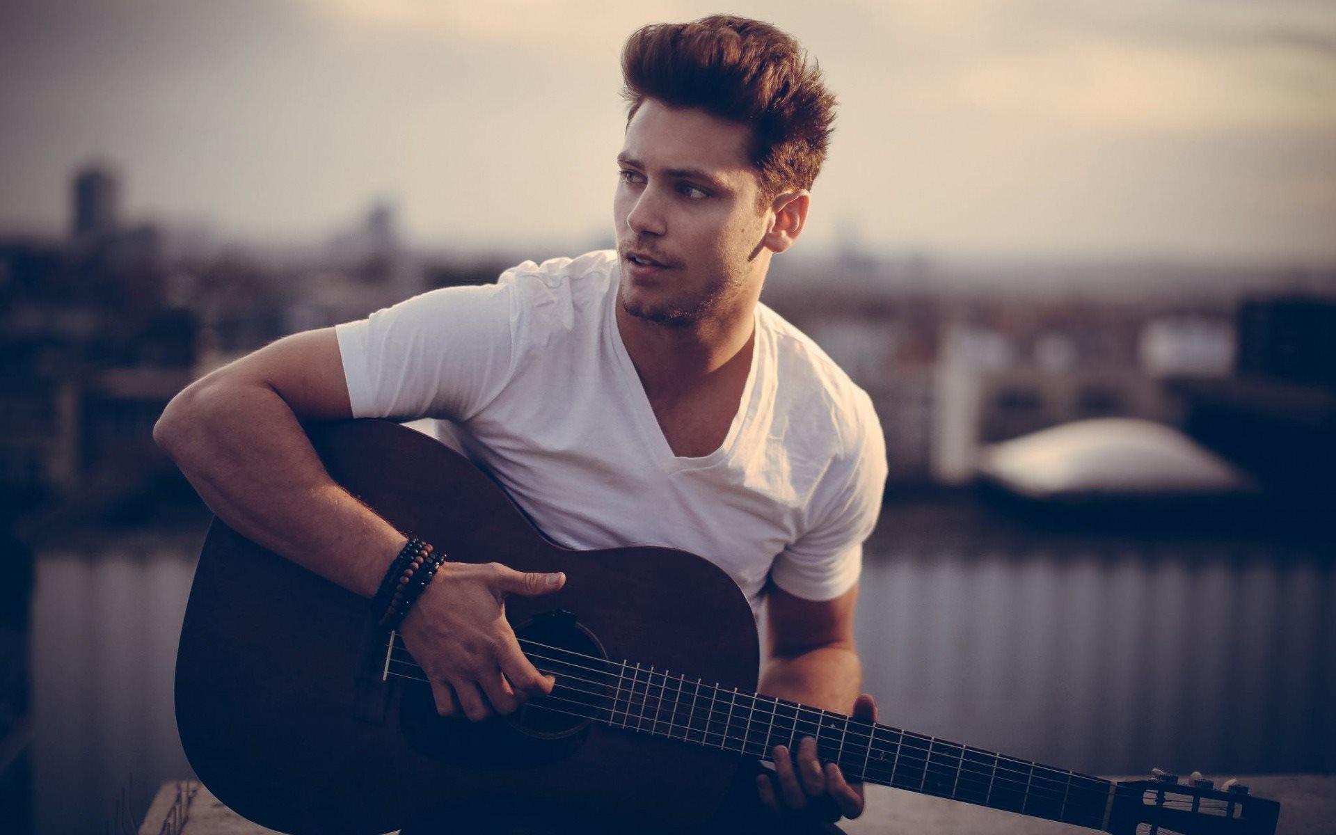 Интересные фото мужчина с гитарой