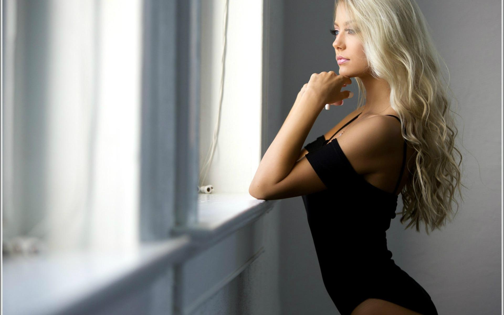 Картинка блондинка боком стоит