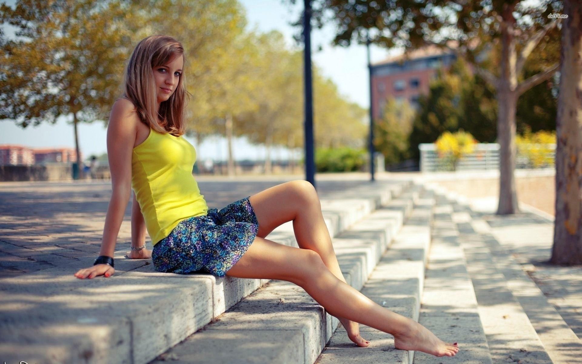 Девушка на природе сидит в короткой юбке видео, проститутки в спб видеочат