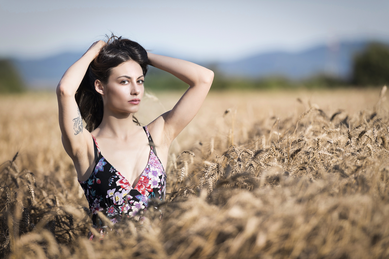 Девушка в поле с колосьями  № 1822116  скачать