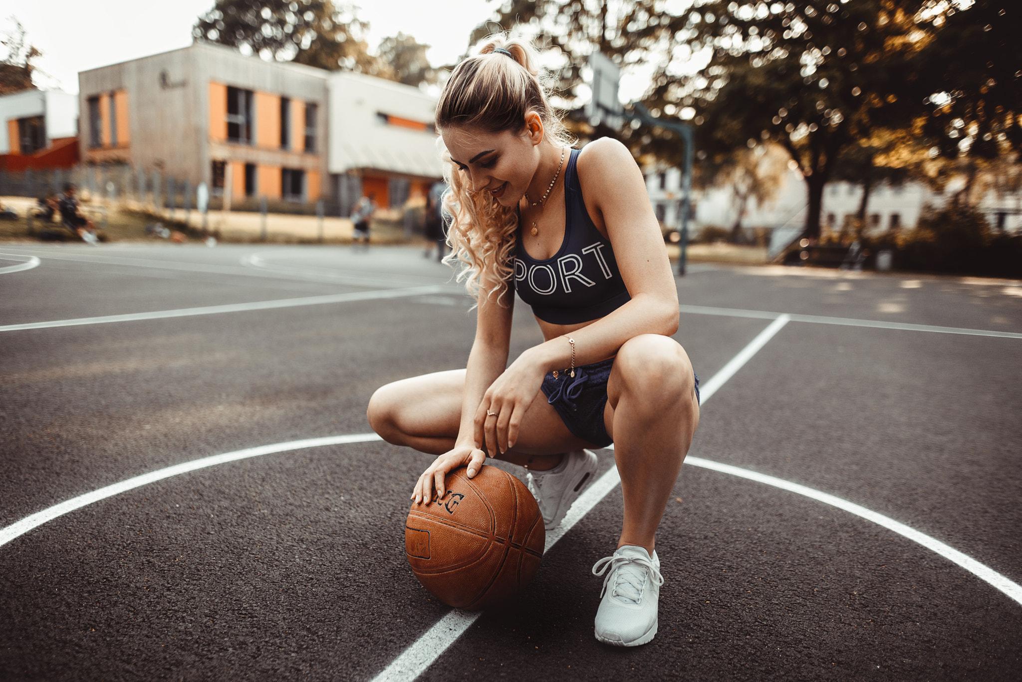 Девушки с баскетбольным мячом