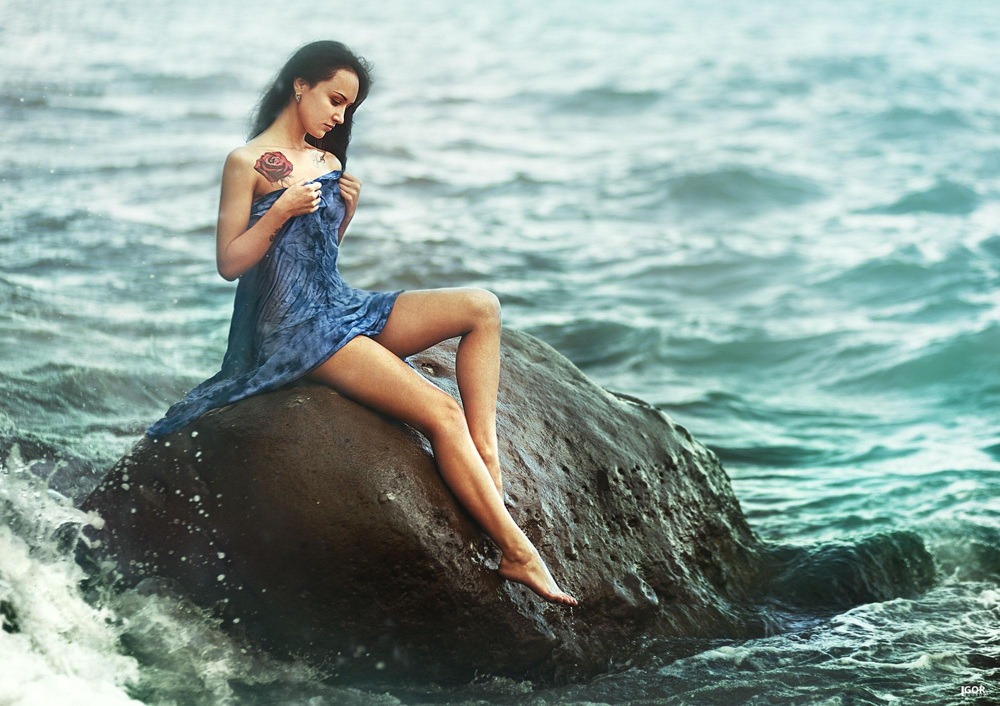 Фото красивых девушекбрюнеток отдыхающих на берегу моря 480, Голая брюнетка на берегу моря. Фото эротика 18 фотография