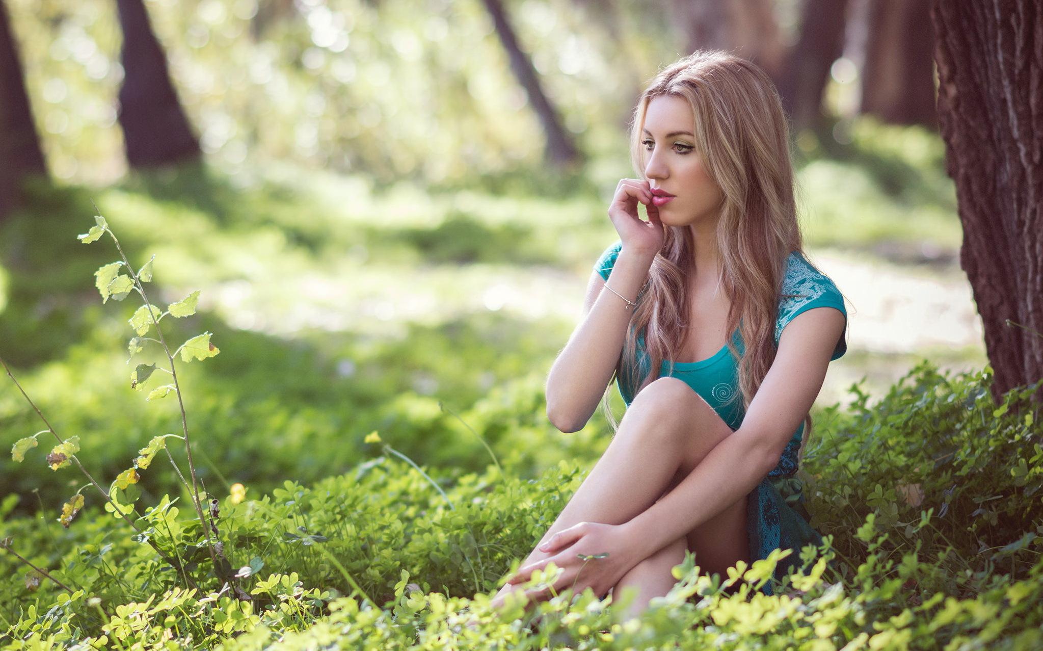 блондинка ней, красивая русская девушка в лесу думаю зачем