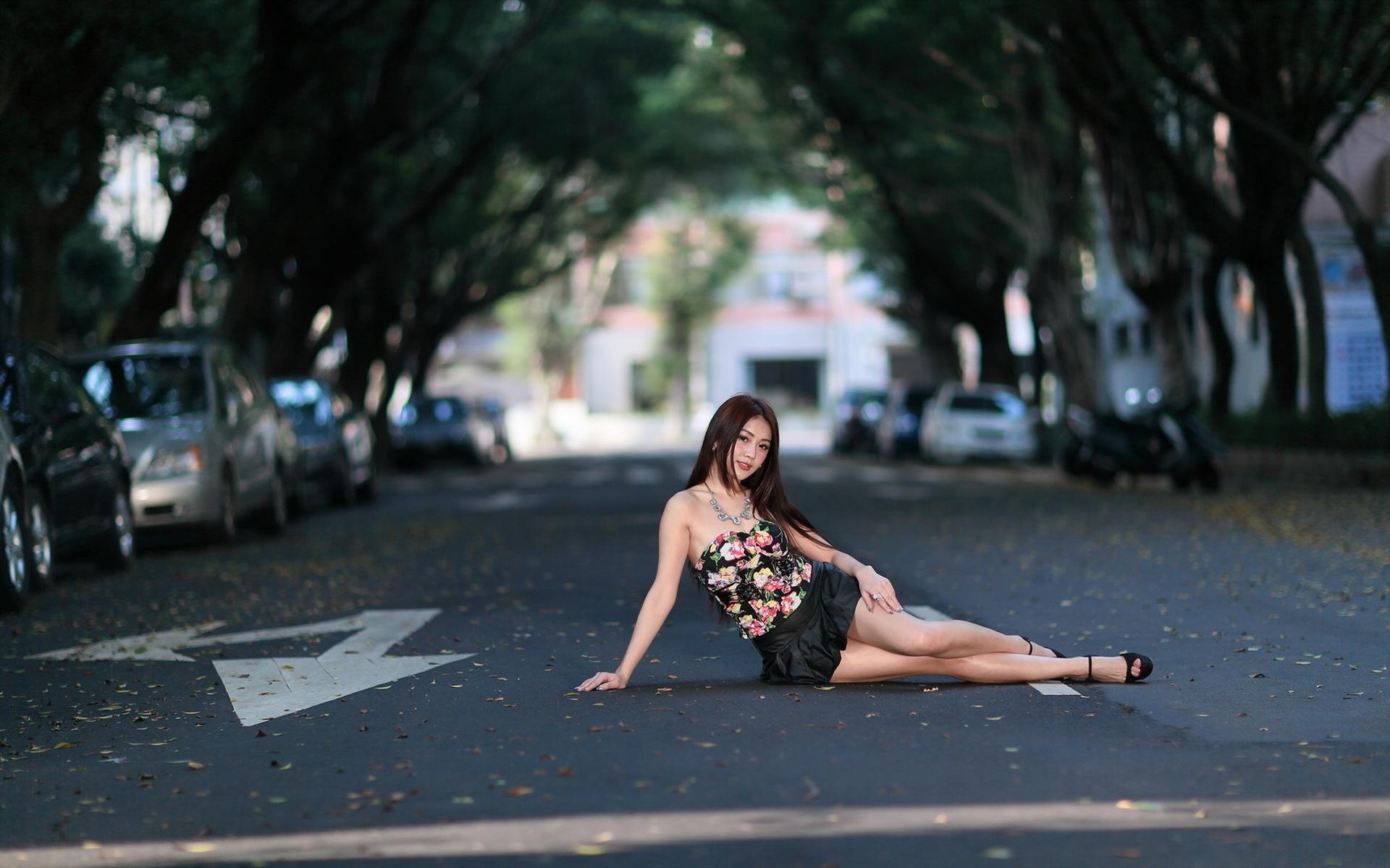 Девушка обнажается на городской улице, смотреть секс видео как парень проиграл свою девушку в карты