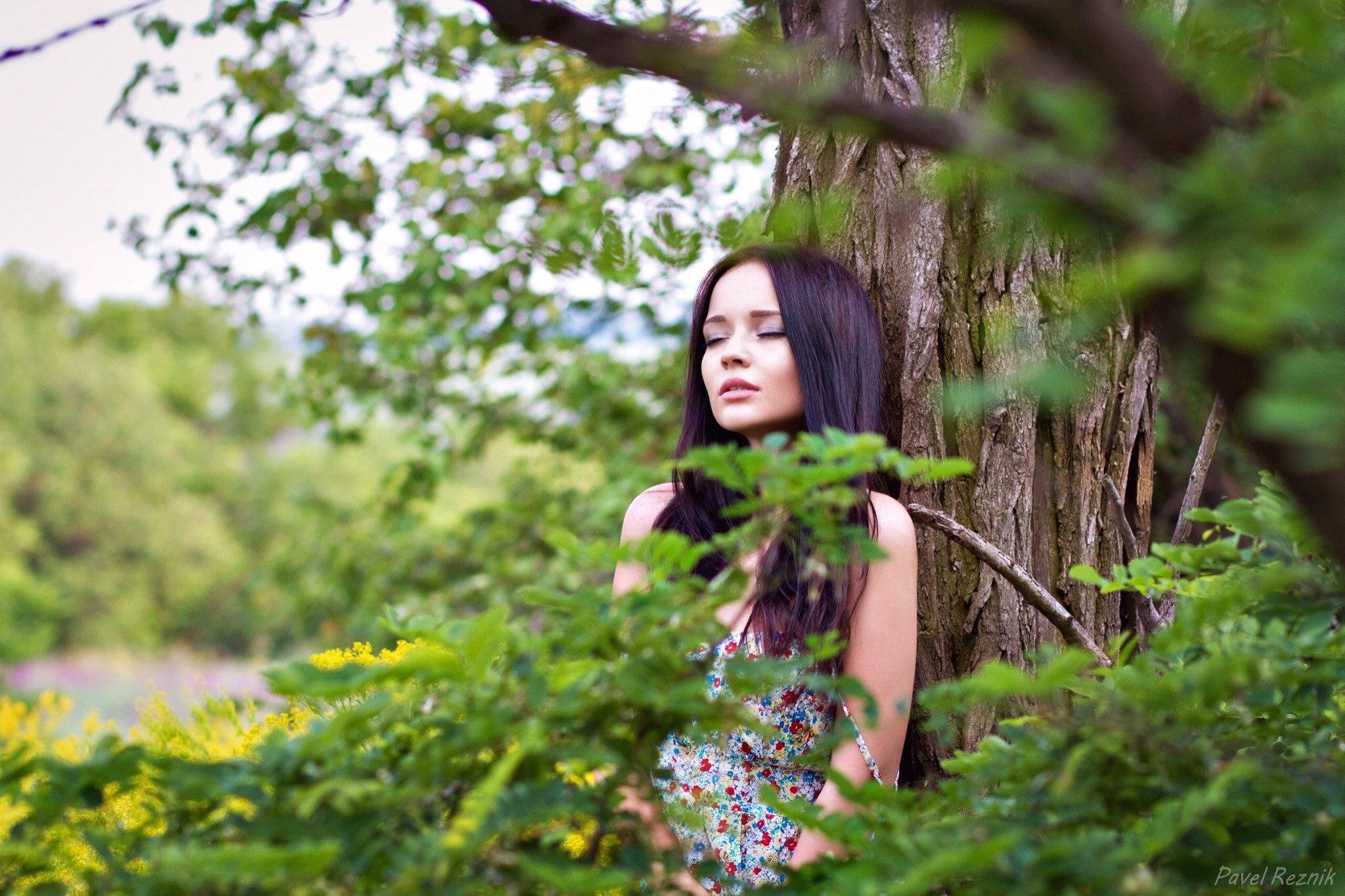 видеоролики девушки в лесу