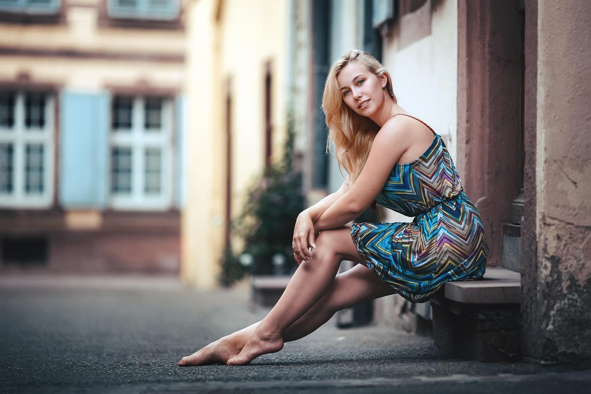 Девушки с красивыми ногами на улице — 3