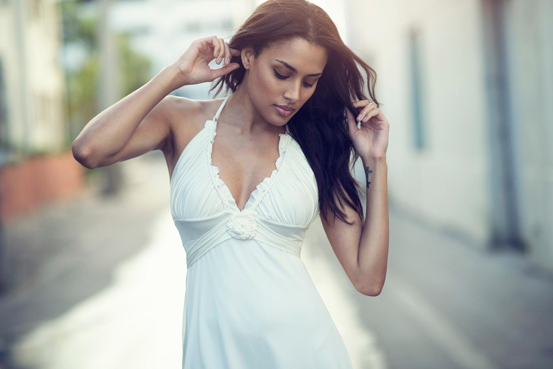 Стройная девушка в белом платье видео смотреть