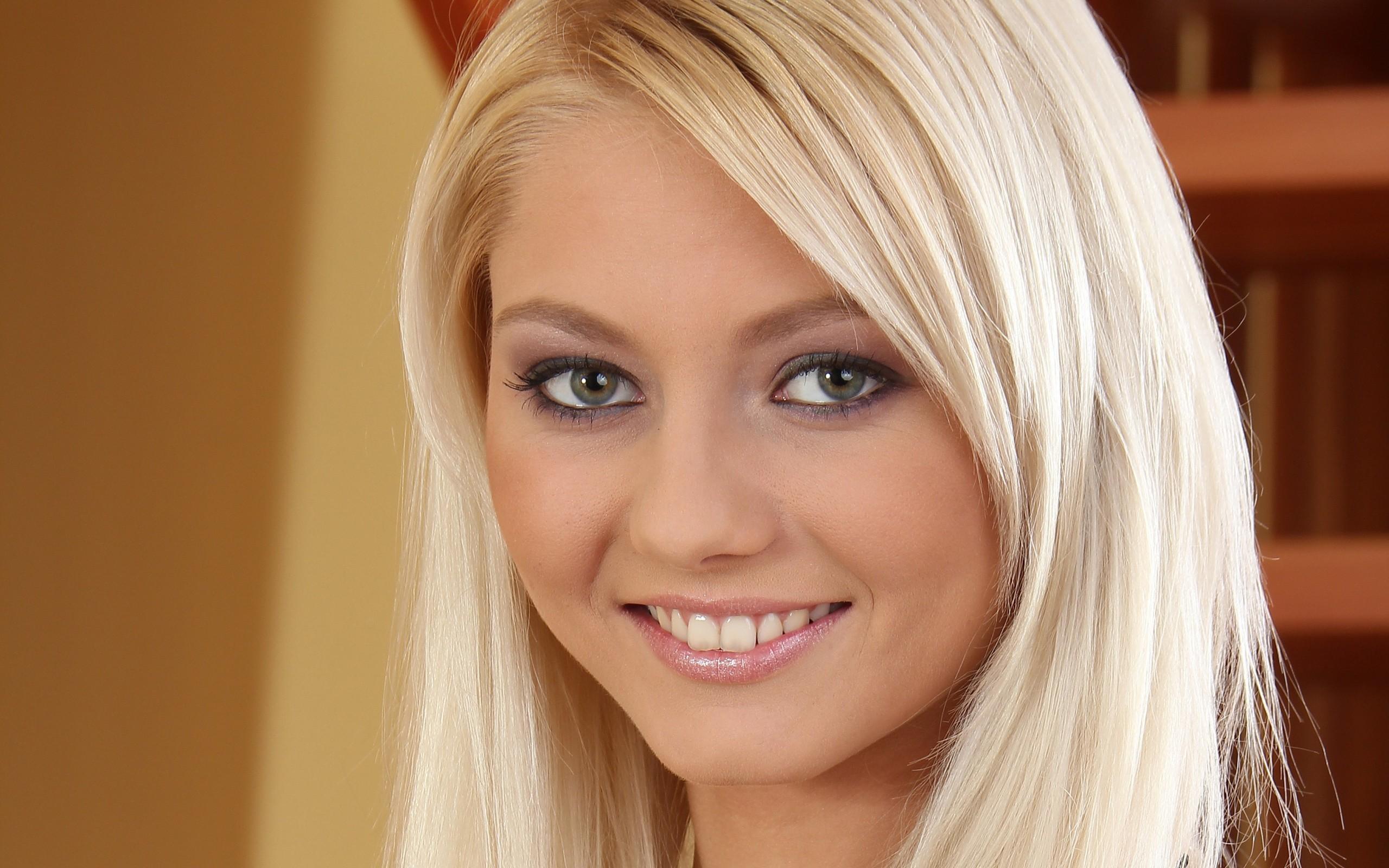 Хорошенькая блондинка показывает