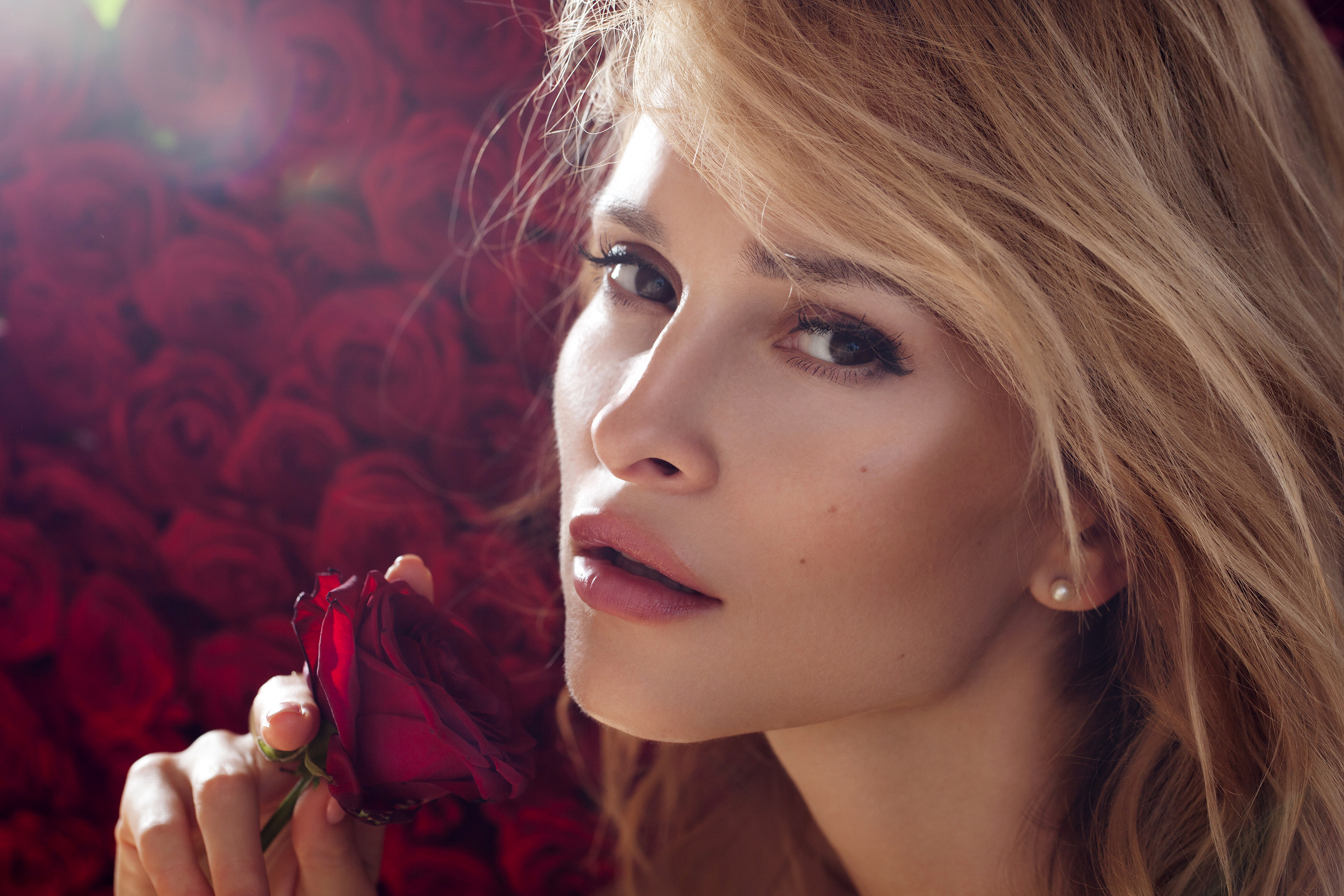 beautiful-blond-with-roses-conditioning-girls-for-sex
