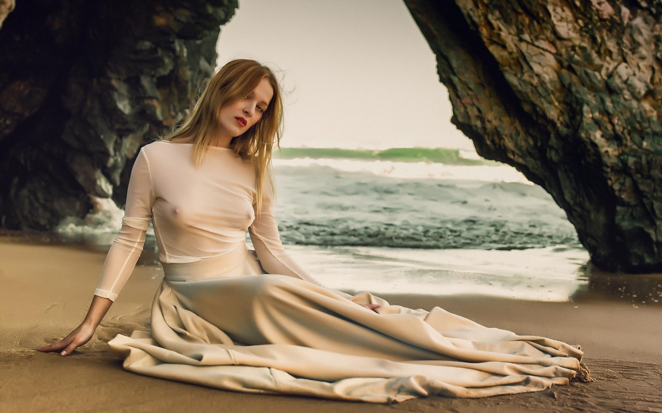 Модель позирует в прозрачном платье #2