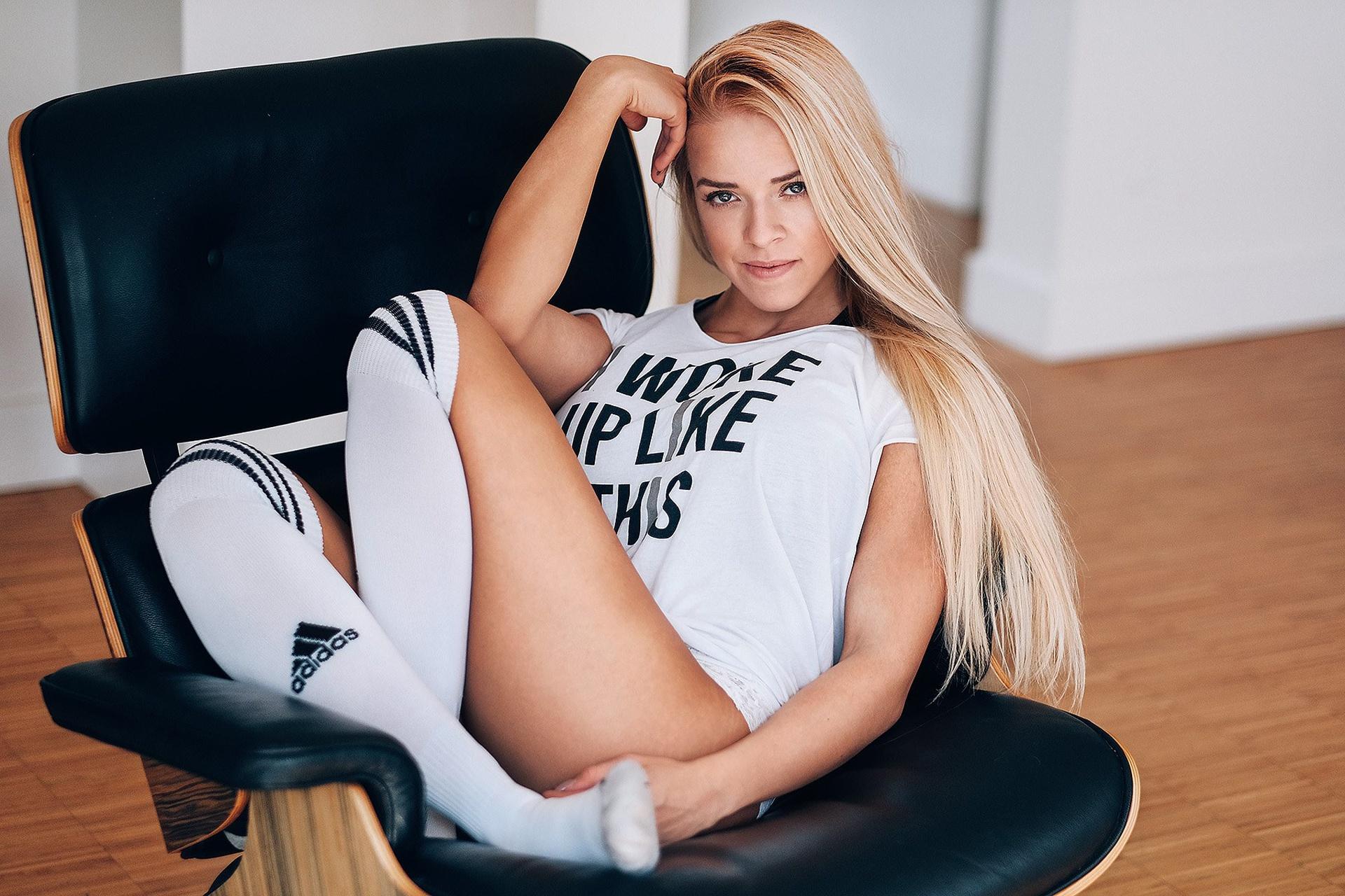 Девушка блонда в кресле карано эро