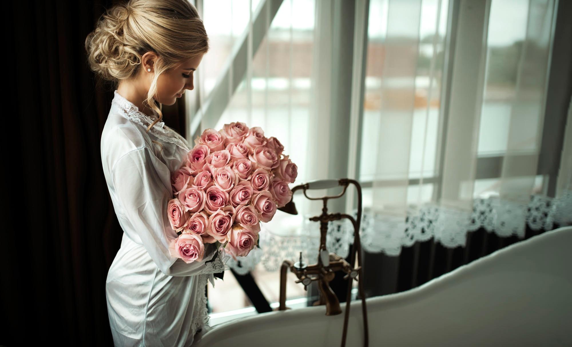 Картинки красивых девушек на аву с розами