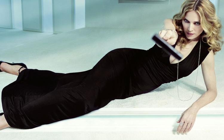 Мадонна, которая решила недавно попробовать себя в режиссерском кресле, встречала своих гостей вместе с дочкой лурдес