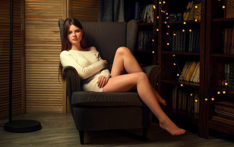 диване длинными девушки на с ножками